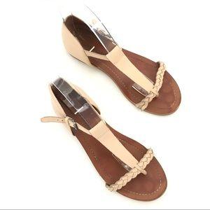 Lucky Brand Women's tan T strap sandal 8